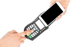 Η γυναίκα χρησιμοποιεί το σύγχρονο έξυπνο τηλέφωνο για να πληρώσει POS στο τερματικό, που απομονώνεται στο άσπρο υπόβαθρο Λογαρια στοκ φωτογραφία με δικαίωμα ελεύθερης χρήσης