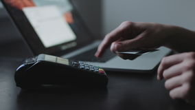 Η γυναίκα χρησιμοποιεί το τερματικό πιστωτικών καρτών στην αρχή απόθεμα βίντεο