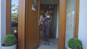 Η γυναίκα χρησιμοποιεί το τηλέφωνο σε ένα ραβδί selfie φιλμ μικρού μήκους