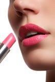 Η γυναίκα χρωμάτισε τα ρόδινα χείλια Χειλική σύνθεση ομορφιάς Τέλειο δέρμα, πλήρη χείλια Αναδρομικός αποτελέστε Στοκ Εικόνα
