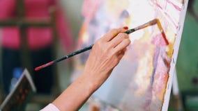 Η γυναίκα χρωματίζει μια ζωγραφική στον καμβά Ακαδημία τέχνης ή σχολείο σχεδίων απόθεμα βίντεο