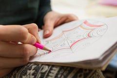 Η γυναίκα χρωματίζει το ρόδινο μολύβι σχεδίων στοκ φωτογραφία με δικαίωμα ελεύθερης χρήσης