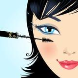 Η γυναίκα χρωματίζει mascara eyelashes makeup Στοκ φωτογραφίες με δικαίωμα ελεύθερης χρήσης