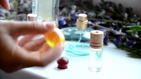 Η γυναίκα ψεκάζει το άρωμα πέρα από το λεπτό wirst της φιλμ μικρού μήκους