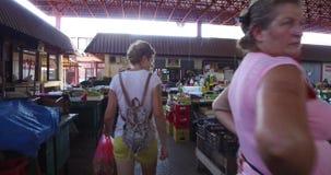 Η γυναίκα ψωνίζει στην αγορά τροφίμων πόλεων απόθεμα βίντεο