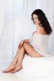η γυναίκα ώμων σαλιών της στοκ εικόνα με δικαίωμα ελεύθερης χρήσης