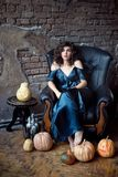 Η γυναίκα Brunette κάθεται στην εκλεκτής ποιότητας πολυθρόνα δέρματος ημερολογιακής έννοιας ημερομηνίας ο απαίσιος μικροσκοπικός  στοκ φωτογραφία