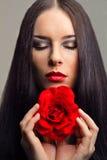 Η γυναίκα brunette στενός-Up.beautiful με το κόκκινο αυξήθηκε Στοκ Εικόνες
