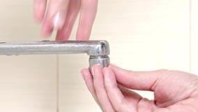 Η γυναίκα handyman αντικαθιστά τη συσκευή εμπλουτισμού σε διοξείδιο του άνθρακα βρυσών, χέρια μιας κινηματογράφησης σε πρώτο πλάν απόθεμα βίντεο