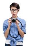 Η γυναίκα Hipster δίνει την αναδρομική φωτογραφική φωτογραφική μηχανή Στοκ φωτογραφία με δικαίωμα ελεύθερης χρήσης