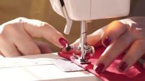 Η γυναίκα ` s δίνει κοντά επάνω Σύγχρονη ράβοντας μηχανή κοντά επάνω Ράψιμο γυναικών με τη σύγχρονη ράβοντας μηχανή Ένα χέρι που  φιλμ μικρού μήκους