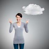 Η γυναίκα Smiley εμφανίζει σημάδι νίκης με δύο χέρια στοκ εικόνες