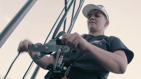 Η γυναίκα steeplejack αποσυνδέει το σχοινί από την εξάρτησή της απόθεμα βίντεο