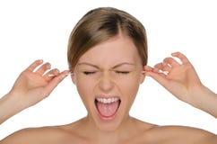 Η γυναίκα Wailing καθαρίζει τα αυτιά με τα ραβδιά βαμβακιού στοκ εικόνες