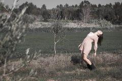 Η γυναίκα Yoyng σχημάτισε αψίδα την πίσω μόνιμη πρότυπη τοποθέτηση τομέων Στοκ Εικόνες