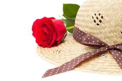 Η γυναικεία ακόμα ζωή με το τριαντάφυλλο και το κομψό καπέλο Στοκ Εικόνες