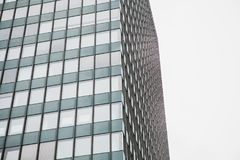 Η γωνία της άποψης του όμορφου σύγχρονου φουτουριστικού κτηρίου Επιχειρησιακή έννοια της επιτυχούς βιομηχανικής αρχιτεκτονικής στοκ φωτογραφία με δικαίωμα ελεύθερης χρήσης