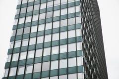 Η γωνία της άποψης του όμορφου σύγχρονου φουτουριστικού κτηρίου Επιχειρησιακή έννοια της επιτυχούς βιομηχανικής αρχιτεκτονικής στοκ εικόνα με δικαίωμα ελεύθερης χρήσης