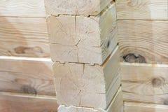 Η γωνία του ξύλινου σπιτιού σπίτι νέο Άσπρο δέντρο Στοκ Φωτογραφία