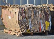 Η δέσμη του συμπιεσμένου χαρτονιού αναμένει την ανακύκλωσης επανάλειψη στοκ φωτογραφίες