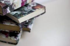 η δέσμη των βιβλίων είναι στον γκρίζο πίνακα, κενό διάστημα για το κείμενο, ο σωρός των βιβλίων είναι γκρίζο υπόβαθρο, πορτοκαλιέ Στοκ Εικόνες