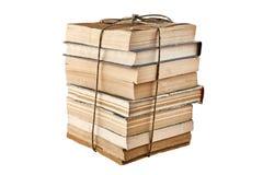 Η δέσμη των παλαιών βιβλίων εταιρίαξε με τη σειρά η ανασκόπηση απομόνωσε το λευκό στοκ εικόνες