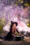 Η δασική αινιγματική μάγισσα στο πράσινο ξύλο υπαίθρια στοκ φωτογραφία