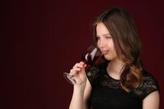 Η Δεσποινίς σχετικά με wineglass από τα χείλια της κλείστε επάνω ανασκόπηση σκούρο κόκκιν&omi Στοκ φωτογραφία με δικαίωμα ελεύθερης χρήσης