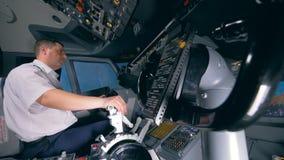 Η δεύτερη ρόδα ελέγχου κινείται ταυτόχρονα με τον πρώτο διοικούμενη από έναν πιλότο απόθεμα βίντεο
