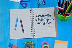 Η δημιουργικότητα είναι νοημοσύνη που έχει το κείμενο διασκέδασης στο σημειωματάριο Στοκ Εικόνες
