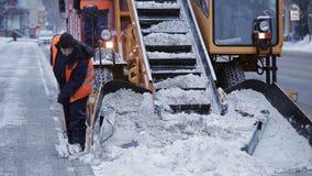 Η δημοτική μηχανή αφαίρεσης χιονιού αρπάζει το χιόνι από την οδό φιλμ μικρού μήκους