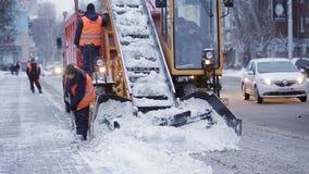Η δημοτική μηχανή αφαίρεσης χιονιού αρπάζει το χιόνι από την οδό απόθεμα βίντεο