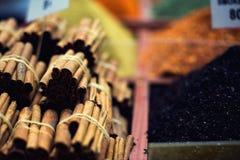 Η διάσημη ασιατική αγορά Χαρακτηριστικά ραβδιά κανέλας σε Istambul, Τουρκία στοκ φωτογραφίες