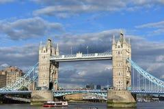 Η διάσημη γέφυρα πύργων - γέφυρα του Λονδίνου - Ηνωμένο Βασίλειο Στοκ Φωτογραφίες