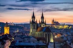 Η διάσημη εκκλησία Tyn στην παλαιά πλατεία της πόλης, κάστρο της Πράγας είναι ορατό ι Στοκ φωτογραφίες με δικαίωμα ελεύθερης χρήσης