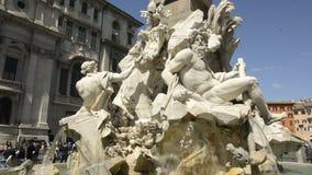 Η διάσημη πηγή τεσσάρων ποταμών στην πλατεία Navona στη Ρώμη απόθεμα βίντεο