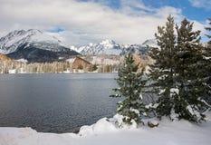 Η διάσημη χειμερινή λίμνη Strbske Pleso τουριστικού αξιοθεάτου μέσα υψηλή Στοκ Εικόνα