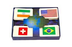 Η διάφορη παγκόσμια χώρα σημαιοστολίζει το κιβώτιο καρτών που απομονώνεται Στοκ Εικόνες