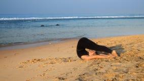 Η διέγερση της ξυπόλυτης κυρίας βρίσκεται στην κίτρινη άμμο στη θέση γιόγκας απόθεμα βίντεο
