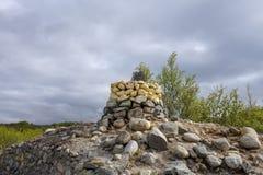 Η διέλευση συνόρων μεταξύ της Φινλανδίας και της Νορβηγίας βόρεια Kilpisjärvi με μια πέτρα χαρακτήρισε το 1950 Στοκ Εικόνα