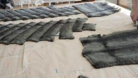 Η διαδικασία ένα παλτό γουνών: ράψιμο και κοπή απόθεμα βίντεο
