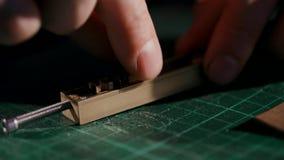 Η διαδικασία ένα πορτοφόλι δέρματος χειροποίητο Ο χειροτεχνικός σφράγισε το λογότυπο Η πλάγια όψη είναι μακρο χειροποίητος απόθεμα βίντεο