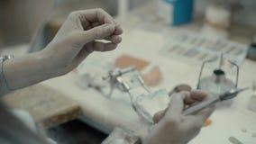 Η διαδικασία μια κορώνα και χυτός απόθεμα βίντεο