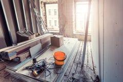 Η διαδικασία τα παράθυρα, τον ξηρό τοίχο και τα εργαλεία PVC στο διαμέρισμα είναι κάτω από την κατασκευή, αναδιαμόρφωση, ανακαίνι στοκ φωτογραφίες με δικαίωμα ελεύθερης χρήσης