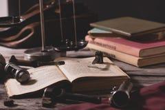 Η διαδικασία τις κασέτες κυνηγιού Στο βιβλίο είναι οι μετρήσεις, η συστροφή και το μέρος για τις κασέτες Το πνεύμα στοκ φωτογραφίες