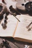 Η διαδικασία τις κασέτες κυνηγιού Στο βιβλίο είναι οι μετρήσεις, η συστροφή και το μέρος για τις κασέτες Το πνεύμα στοκ εικόνες με δικαίωμα ελεύθερης χρήσης