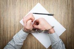 Η διαδικασία τις χειροπέδες με την καρφίτσα Προσπάθεια έννοιας να δραπετεύσει από την αστυνομία στοκ εικόνα με δικαίωμα ελεύθερης χρήσης