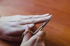 Η διαδικασία του ψαλιδιού ψαλιδίσματος καρφιών Έννοια προσοχής χεριών στοκ εικόνες με δικαίωμα ελεύθερης χρήσης