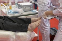 Η διαδικασία του pedicure σε ένα επαγγελματικό σαλόνι ομορφιάς εικόνα που τονίζεται επεξεργασία υλικού των toe Προσοχή του δέρματ στοκ εικόνες