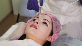 Η διαδικασία το δέρμα Το beautician κοριτσιών εξηγεί τίποτα Το υπομονετικό πρόσωπο ` s στην κινηματογράφηση σε πρώτο πλάνο απόθεμα βίντεο